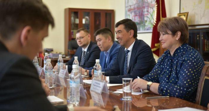 Мэр Бишкека Азиз Суракматов встретился с чрезвычайным и полномочным послом России в Кыргызстане Николаем Удовиченко