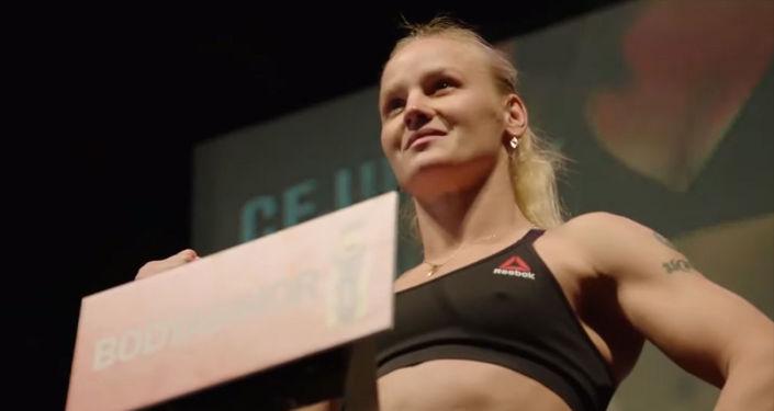 В Чикаго 7 июня вечером (сегодня утром по бишкекскому времени) прошла церемония взвешивания турнира UFC 238 с участием кыргызстанки Валентины Шевченко и американки Джессика Ай.