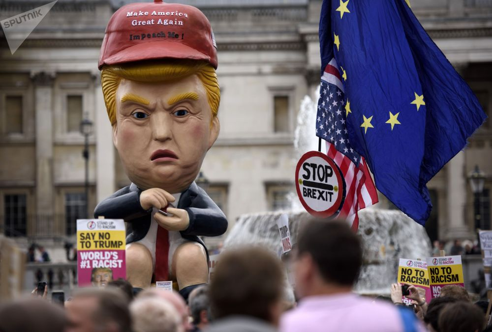 Участники акции протеста на Трафальгарской площади в Лондоне против официального визита президента США Дональда Трампа в Великобританию