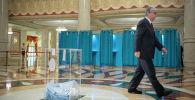 Действующий президент Казахстана Касым-Жомарт Токаев во время голосования на участке в здании театра Астана Опера.