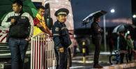 Сотрудник милиции дежурит во время забега в Бишкеке. Архивное фото