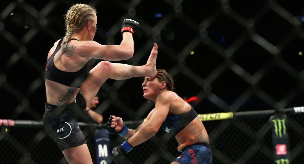 Валентина Шевченко празднует победу над Джессикой Ай после поединка за титул в полусреднем весе среди женщин в UFC 238. Чикаго 8 июня 2019 года