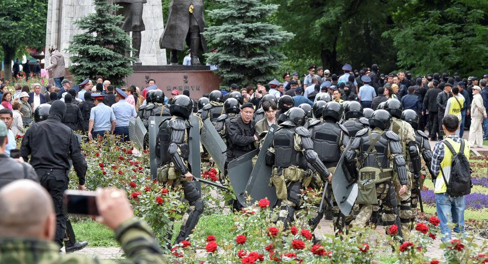Мыйзамсыз митингди полиция кызматкерлери кайтарууда. Архивдик сүрөт