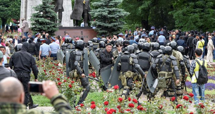Полицейские блокируют сторонников оппозиции во время акции протеста против президентских выборов в Алматы. Казахстан, 9 июня 2019 года