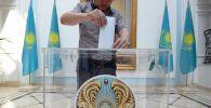Мужчина голосует на внеочередных выборах президента Казахстана в посольстве Казахстана в Москве. Архивное фото