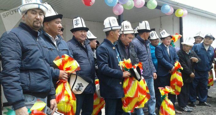 Выпускники 1999 года села Уч-Кайнар Ак-Суйского района Иссык-Кульской области построили дом для малоимущей семьи