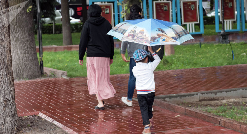 Прохожие на проспекте Эркиндик во время дождя в Бишкеке. Архивное фото