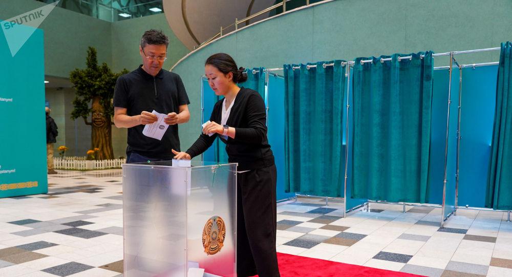 Люди голосуют на внеочередных выборах президента Казахстана во Дворце школьников в Нур-Султане.