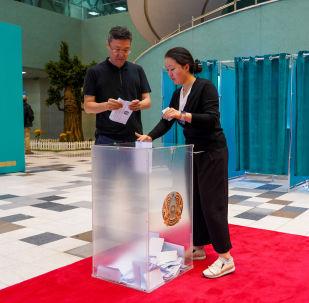 Казакстандагы президенттик шайлоодо добуш берип жаткан жарандар