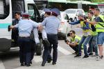Сотрудники милиции задерживают сторонника оппозиции во время акции протеста против результатов президентских выборов, в Казахстане, Алматы. 10 июня 2019 года