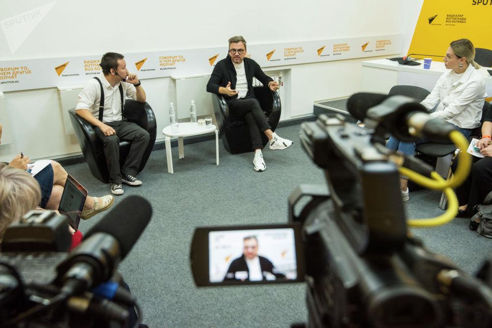 Послушать звезду телеканала НТВ собрались около двух десятков руководителей кыргызстанских СМИ