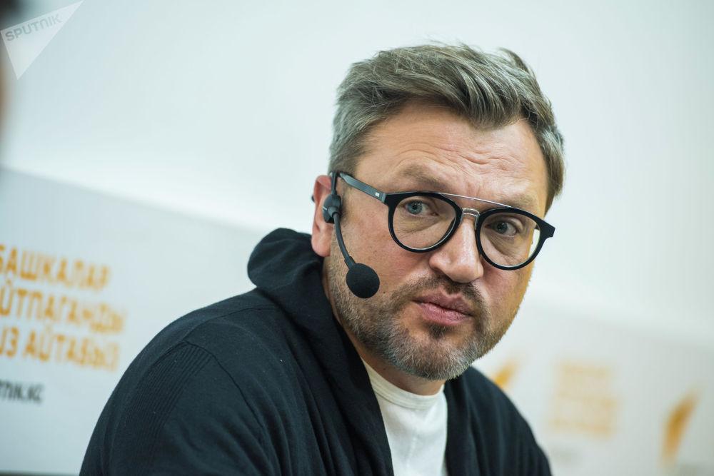 Такменев затрагивал разные темы, которые касаются как российских, так и кыргызстанских СМИ: от вопросов финансирования до проблем с кадрами