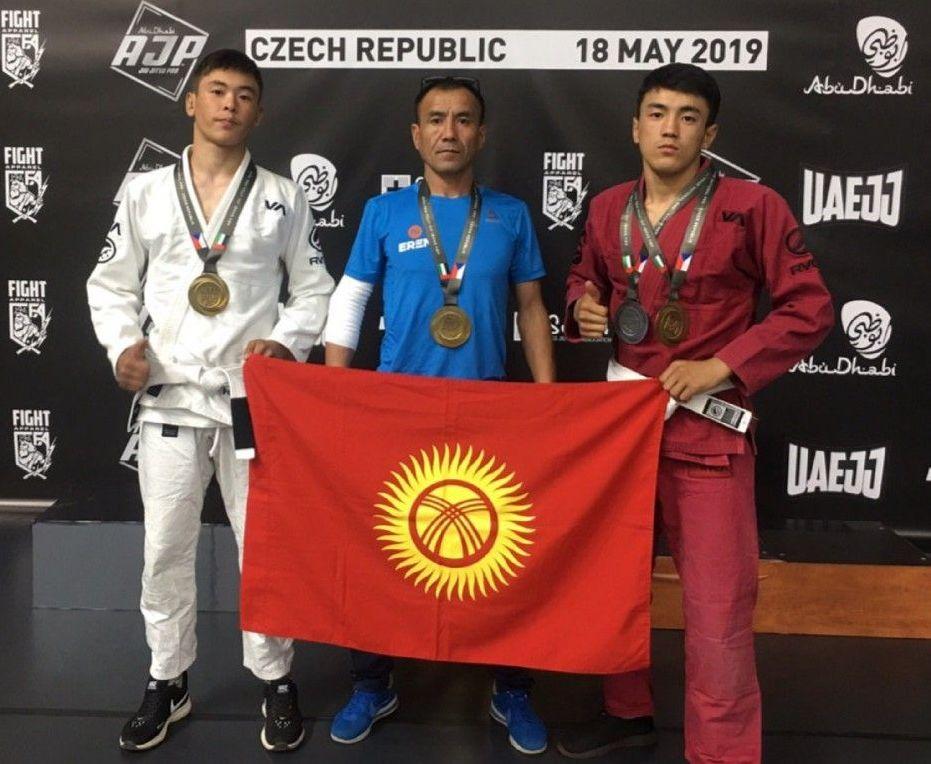 Кыргызстанский спортсмен Эрали Аскарбек уулу с сыновьями на чемпионате мира по джиу-джитсу в Чехии