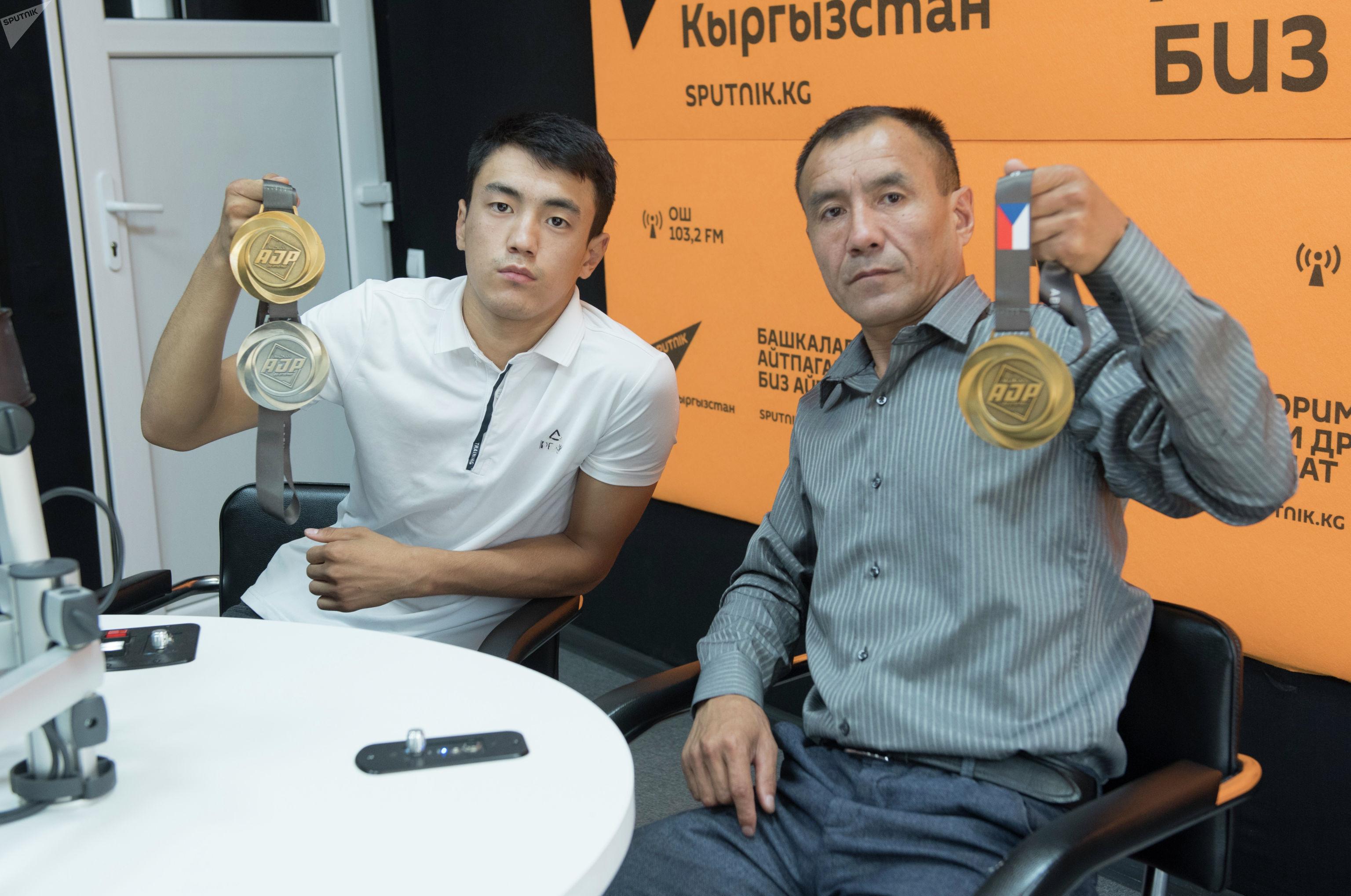 Кыргызстанский спортсмен Эрали Аскарбек уулу с сыном Эржигитом