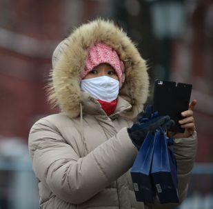 Женщина в защитной маске. Архивное фото
