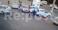Водитель сбил пешеходов на парковке и уехал. Произошедшее попало на видео.