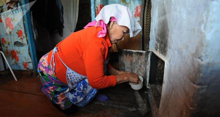 Пожилая женщина за работой. Архивное фото