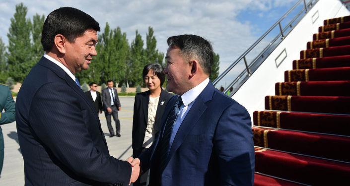 Президент Монголии Халтмаагийн Баттулга сегодня прибыл в Кыргызстан с официальным визитом. Его встретил премьер-министр КРМухаммедкалый Абылгазиев.