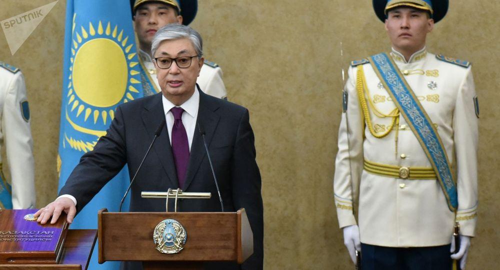Председатель Сената Парламента Казахстана Касым-Жомарт Токаев приносит присягу на церемонии передачи ему полномочий президента страны.