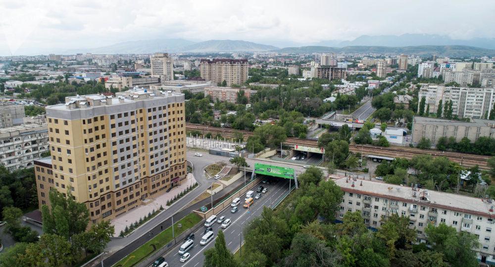 Вид на улицу Байтик-Баатыра с высоты в Бишкеке. Архивное фото