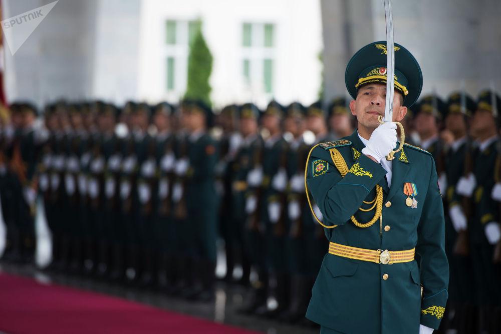 В резиденции, согласно протоколу, монгольского лидера встретил почетный караул