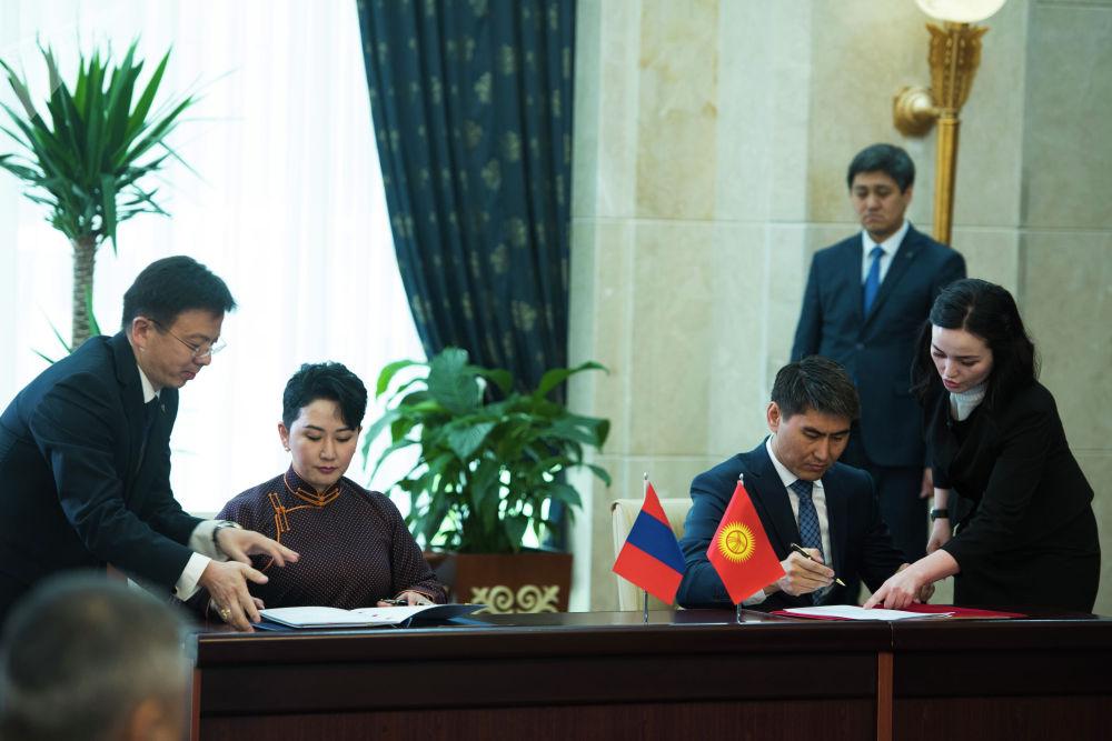 По итогам встречи было подписано девять документов