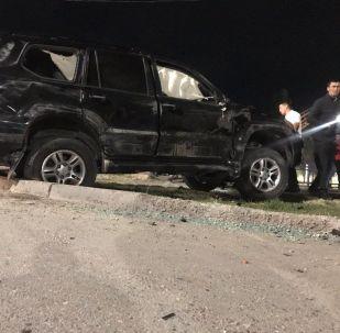 Түндө Бишкекте такси кызматынын унаасы жол тандабас менен кагышты