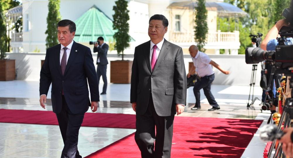 Президент КР Сооронбай Жээнбеков и председатель КНР Си Цзиньпин на торжественном приеме в государственной резиденции Ала-Арча
