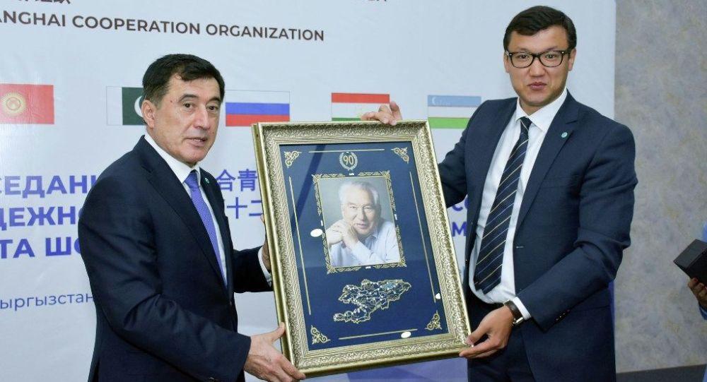 Генеральный секретар ШОС Владимир Норов подарил ответный подарок кыргызстанской стороне