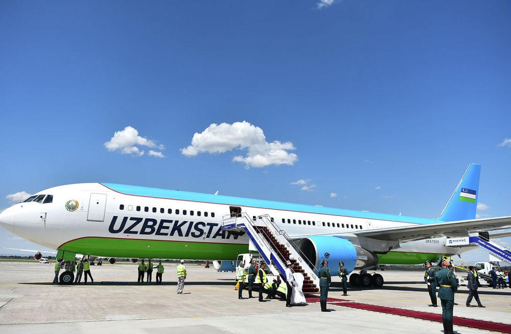 Президент Узбекистана Шавкат Мирзиёев прибыл на Boeing 767-300, обслуживаемый компанией Uzbekistan Airways. В аэропорту его встретил премьер-министр Мухаммедкалый Абылгазиев.