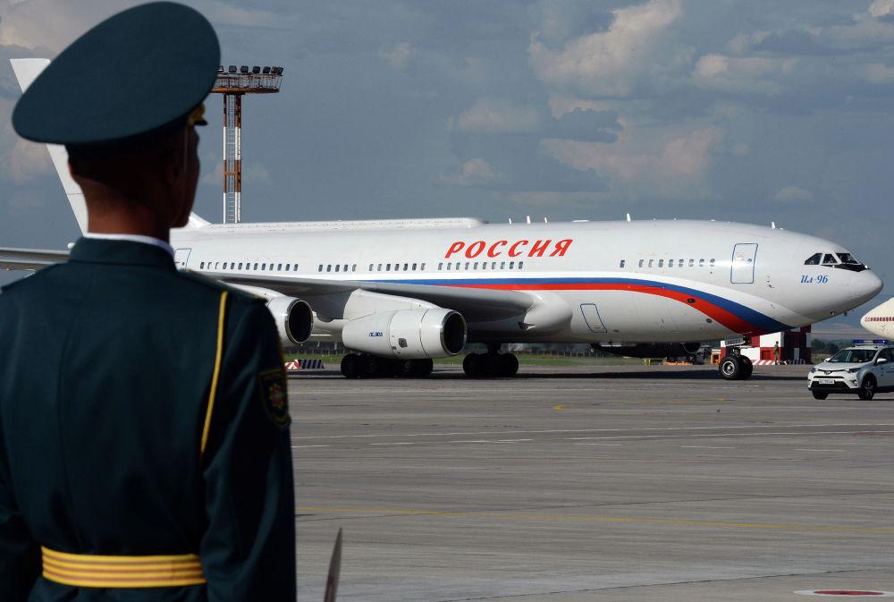 Российский лидер Владимир Путин прилетел на Ил-96. Его встретил президент КР Сооронбай Жээнбеков. В аэропорту также состоялась двусторонняя встреча глав государств.