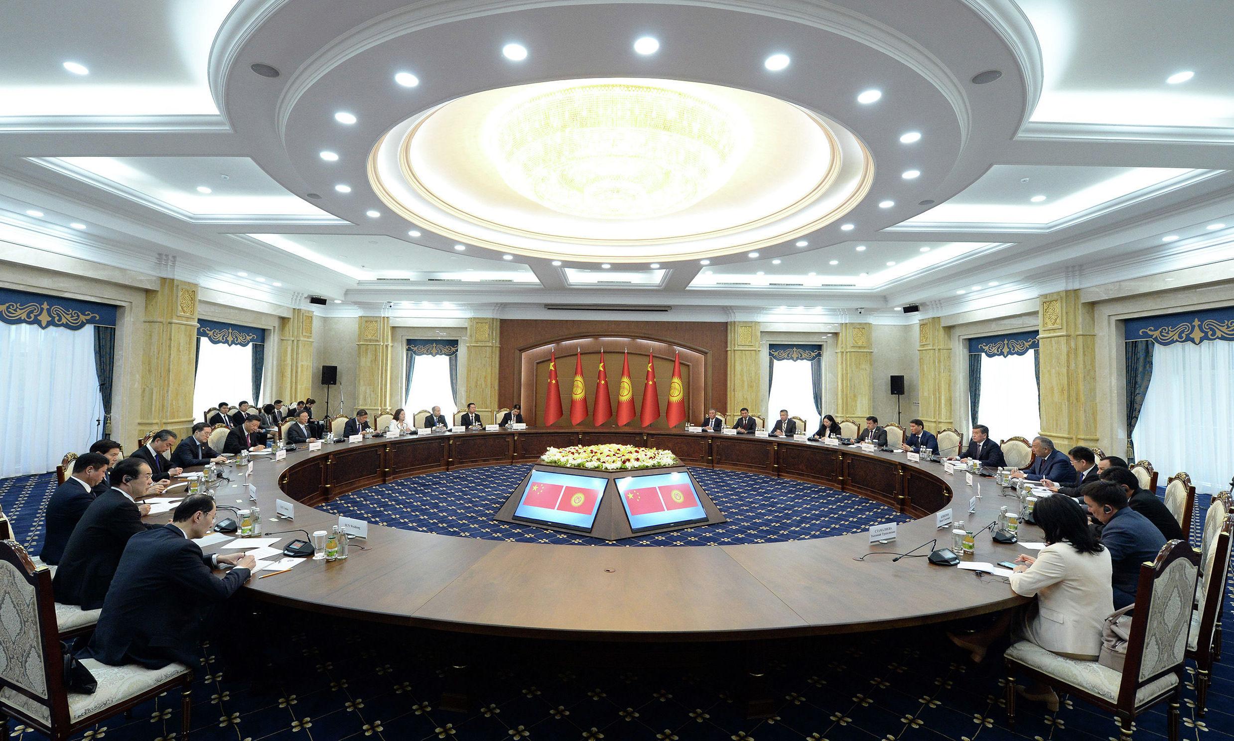 Президент Кыргызской Республики Сооронбай Жээнбеков на встрече с Председателем Китайской Народной Республики Си Цзиньпином в расширенном составе, состоявшейся в рамках его государственного визита в Кыргызстан. 13 июня 2019