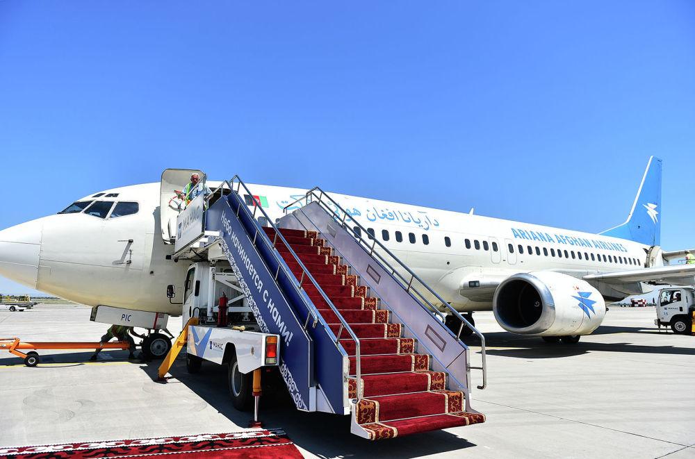 Президент Афганистана Мохаммад Ашраф Гани прибыл на Boeing 737-300. В аэропорту его встретил вице-премьер КР Замирбек Аскаров.