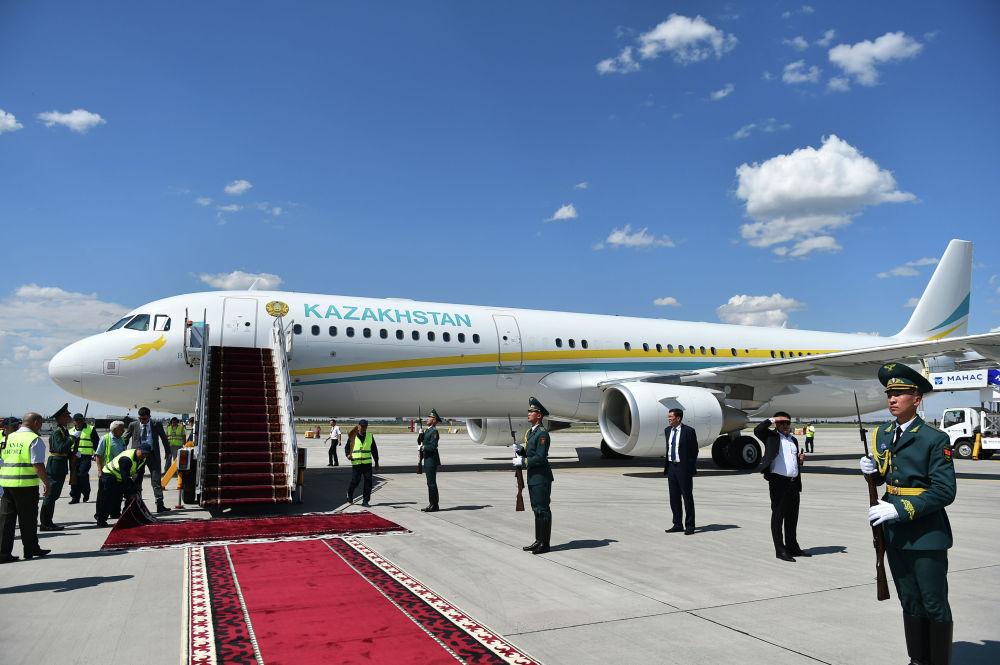 Новоизбранный президент Казахстана Касым-Жомарт Токаев приземлился на Airbus A321-211(CJ). В аэропорту его встретил премьер-министр Мухаммедкалый Абылгазиев.