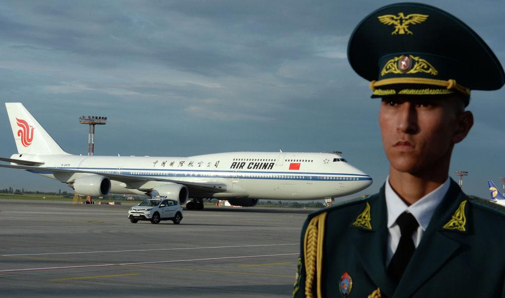 Шаршемби күнү түштөн кийин президент Сооронбай Жээнбеков Кытайдын төрагасы Си Цзиньпинди тосуп алды. Ал Кыргызстанга мамлекеттик иш сапар менен келди. Төрага Кытай өкмөтүнө таандык Air China компаниясынын Boeing 747-800 үлгүсүндөгү аба кемеси менен конду.