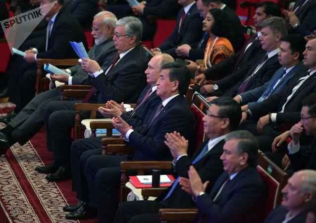 Президент РФ Владимир Путин перед началом гала-концерта по случаю проведения заседания Совета глав государств-членов Шанхайской организации сотрудничества (ШОС).