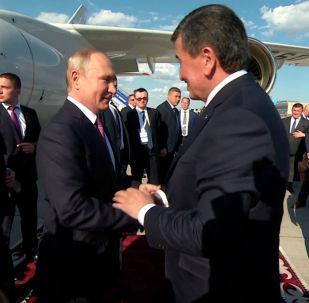 Девять президентов и два премьер-министра прибыли в Бишкек на саммит глав государств ШОС. Мы подготовили видео о том, как высокопоставленных гостей встречали в аэропорту.