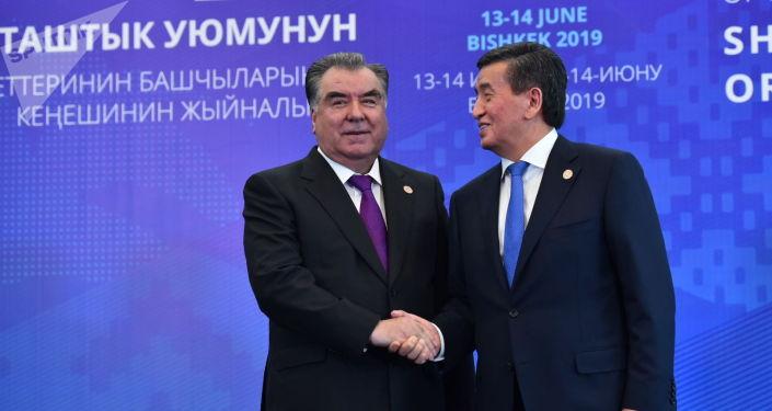 Кыргызстан жана Тажикстандын президенттери Сооронбай Жээнбеков менен Эмомали Рахмон. Архив