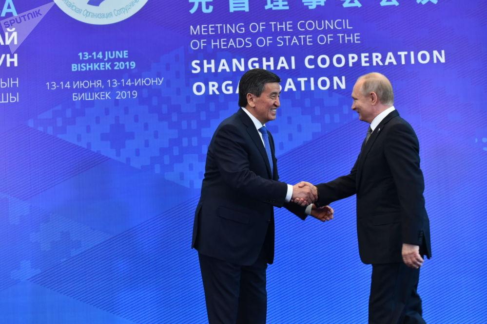 Сооронбай Жээнбеков встречает президента России Владимира Путина