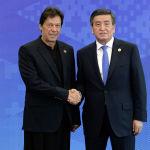 Перед тем как пройти в зал, главы государств сфотографировались с Жээнбековым. На фото глава Кыргызстана с премьер-министром Пакистана Имран Ханом (слева).