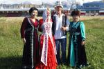 Свадьба 68-летнего путешественника Валентина Ефремова и его 31-летней избранницы Екатерины состоялась на берегу озера в Чолпон-Ате по кыргызским традициям.