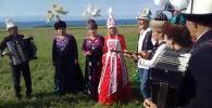 В Иссык-Кульской области прошла необычная свадьба — двое граждан России сыграли свадьбу по кыргызским традициям.