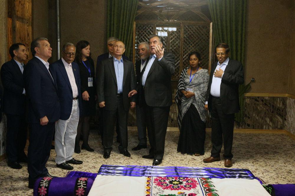 Экскурсия учурундагы Владимир Путин, Шавкат Мирзиёев, Касым-Жомарт Токаев жана башкалар
