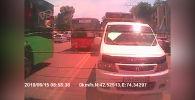 На видео авторегистратора читателя попало, как несколько машин, в том числе автобус, выехали на встречку рядом с Ошским рынком днем 15 июня.