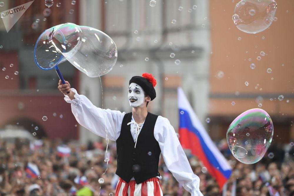 Мим выступает на концерте на Красной площади во время празднования Дня России