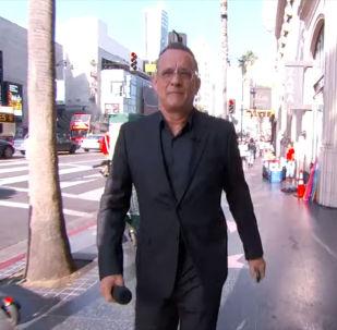 Ведущий заявил, что Хэнкс имеет слишком хорошую репутацию и предложил забрать несколько вещей из близлежащего магазина.