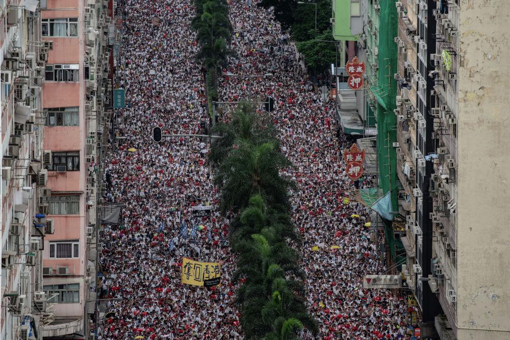 В Гонконге прошла очередная многотысячная акция протеста против поправок к закону об экстрадиции, в ходе которой начались столкновения полиции с митингующими. Госпитализированы 72 человека, арестованы 11.