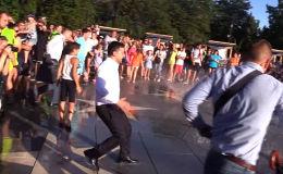 Украина президенти Владимир Зеленский Мариупол шаарында сүйлөп бүткөндөн кийин аны калаа тургундары тегеректеп алды.