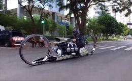 Байк оснащен мотором, который ставят на самолеты, а колеса мотоцикла без ступиц.