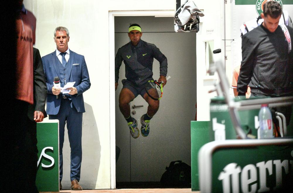 Испанский теннисист Рафаэль Надаль разминается перед финальным матчем Открытого чемпионата Франции. Надаль обыграл австрийца Доминика Тима и 12-й раз стал победителем Ролан Гаррос, установив рекорд по числу побед на одном турнире серии Большого шлема.